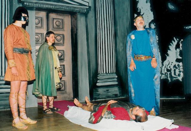 theaterverein-wetter-antigone-bild18