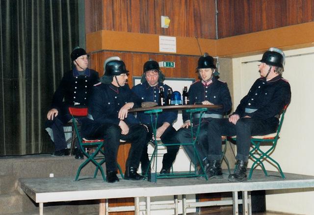 theaterverein-wetter-biedermann-und-die-brandstifter-bild02
